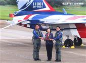 正駕駛路志元、副駕駛管延年贈送模型機給總統蔡英文。(記者邱榮吉/台中拍攝)