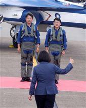 總統蔡英文向首飛勇鷹正駕駛路志元、副駕駛管延年比讚。(記者邱榮吉/台中拍攝)