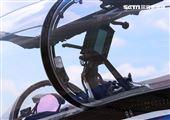 高教機「勇鷹」前為抬頭顯示器,後為「抬頭顯示複視器」。(記者邱榮吉/台中拍攝)