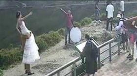 武陵.婚紗,新人,懸崖,玩命(翻攝自 中橫路況交通資訊站)