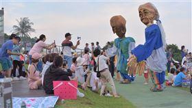 澳洲藝術家丹尼爾作品「來自旮都瑪樣的長者」在現場與遊客互動。(圖/觀光局提供)