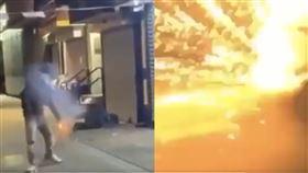 美國紐約66歲流浪漢,被非裔男丟鞭炮轟炸,輕度燒傷送醫。(圖/翻攝自推特)