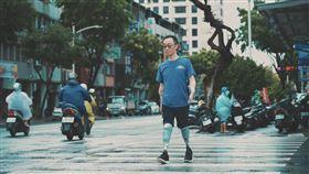 中山大學企管系助理教授王致遠,四肢截肢重返教職(記者陳則凱攝影)