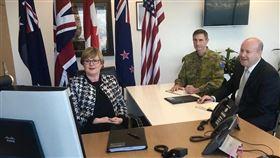 美、澳、紐、加、英「五眼聯盟」國防部長舉行視訊會議後發表聯合聲明指出,支持抵抗惡意活動並確保印太地區自由開放。圖為澳洲國防部長雷諾茲(左)與其他4國國防部長視訊開會。(圖取自twitter.com/lindareynoldswa)