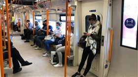 英國大眾運輸英國規定搭乘大眾運輸工具必須遮掩面部,但沒有強制規定戴口罩,民眾可用圍巾等物品取代。中央社記者戴雅真倫敦攝  109年6月24日