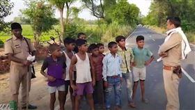 近日就有10個印度兒童,徒步行走在高速高路上,結果警察上前盤查,他們竟然表示要前往邊界「教訓解放軍」!為死去的印度士兵復仇(翻攝自《News18》YouTube)