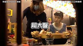 女友化身大奶翹臀店員整男友 送菜瘋狂摔桌場面超尷尬