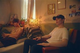 蕭敬騰為獅子LION的MV《寂寞逃跑》中擔任導演。(圖/華納音樂提供)