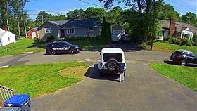 美國非裔男童看到警車來躲起來(圖/翻攝自lacetight IG)