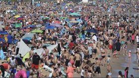 英國版墾丁!50萬人擠爆海灘…病毒交換 吸別人吐的空氣(圖/翻攝自埃伍德推特) 英國伯恩茅斯區的下議院議員埃伍德(Tobias Ellwood)
