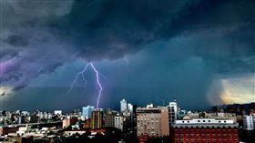 ▲台北上空出現雷雨胞。(圖/鄭鴻昇提供)