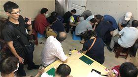 職業賭場隱身台南鬧區民宅 警逮50人送辦台南市政府警察局第二分局26日破獲隱身在台南市鬧區的職業賭場,逮捕送辦50人。(警方提供)中央社記者張榮祥台南傳真 109年6月27日