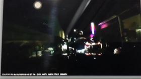 新北市劉男開賓士車行經鶯桃路時,遭警員掏槍威嚇下車受檢。(圖/翻攝臉書社團《爆怨公社》)