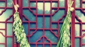 ▲在門上插菖蒲、艾草避邪是端午節的習俗之一。(圖/翻攝自微博)