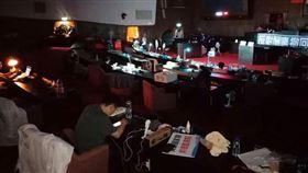 國民黨籍立委楊瓊瓔今(29)天在臉書貼照發文表示,國民黨,戰起來!議場沒有燈光也沒有空調,雖然體感溫度40度,大家一夜未眠,但心靜自然涼,更堅定大家的士氣和決心。 (圖/翻攝自楊瓊瓔臉書)