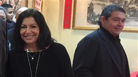 駐法代表處僑團走春  巧遇巴黎市長駐法國代表吳志中(右2)、副代表古文劍(左2)25日正月初一僑團走春時,在旅法華裔互助會巧遇前來賀新年的巴黎市長伊達戈,雙方握手寒暄。中央社記者曾婷瑄巴黎攝 109年1月26日
