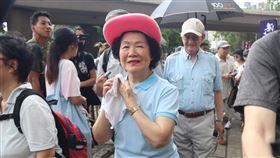 陳方安生宣布結束政治生涯香港泛民精神領袖之一的前政務司司長陳方安生(戴紅帽者)26日突然宣布結束政治生涯,今後過平靜生活;圖為陳方安生此前參加泛民舉辦的遊行。(資料照片)中央社記者張謙香港攝 109年6月26日