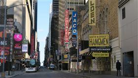 紐約防疫經濟幾近停擺  百老匯陷入蕭條為防止武漢肺炎疫情蔓延,紐約州政府3月下令禁止大規模集會,百老匯41座劇院被迫熄燈。圖為美東時間4月11日,百老匯街道呈現蕭條景象。中央社記者尹俊傑紐約攝  109年4月14日