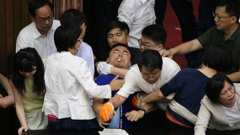 洪孟楷淚控勒頸殺人 摔角專家分析猛誇:受招反應有夠到味