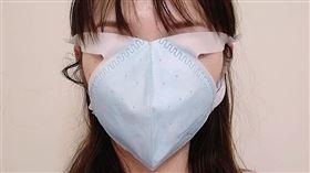 爆怨公社,有網友日前忘了戴口罩跑醫院,就立刻跑去全聯買,結果口罩慘變全罩式(圖/翻攝自爆怨公社)