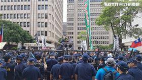 杏仁哥立法院群賢樓外濟南路抗議現場。(圖/翻攝畫面)