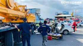 台南市黃婦載國中女兒上學途中撞上起重機。(圖/翻攝畫面)