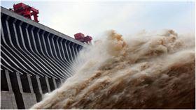 三峽大壩洩洪的場景。(STR/AFP/GettyImages,翻攝自《新唐人》)
