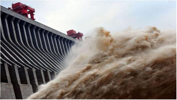 三峽大壩洩洪成災!高壓電落水…陸網友驚爆料:多人遭電死