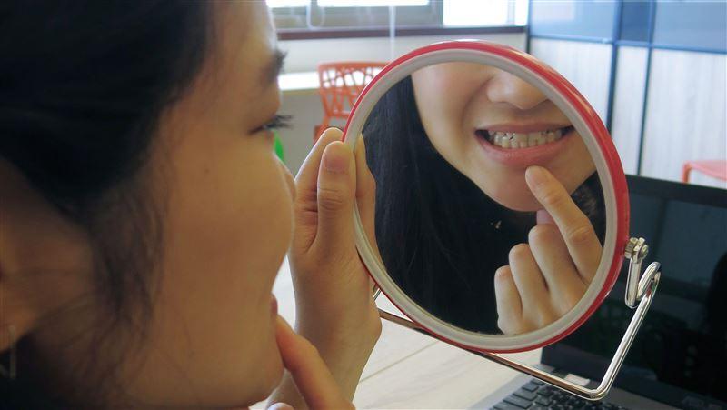 摔倒門牙噴飛沒找到!女童3年後鼻血狂流…醫:卡在鼻腔裡