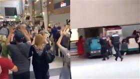 目擊男子持AK-47闖商場民眾尖叫奔逃(圖/翻攝自推特)