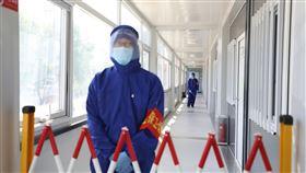 北京再爆武漢肺炎本土病例 市民繃緊防疫神經北京近日接連爆出2019冠狀病毒疾病(COVID-19,武漢肺炎)本土疫情,原本已逐步開啟正常生活的北京市民再度繃緊防疫的神經。圖為北京市的防疫人員對隔離區進行消毒作業。(中新社提供)中央社 109年6月15日