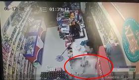 中國大連一名店員10秒爆打9次搶劫犯,屬正當防衛。(圖/翻攝自微博)