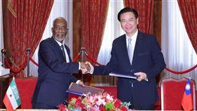 索國穆雅辛外長(H.E Yasin Hagi Mohamoud)共同簽署雙邊議定書(圖/外交部提供)