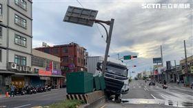桃園市聯結車衝上安全島,還撞倒電線杆及電箱。(圖/翻攝畫面)