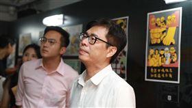 陳其邁參觀「香港反送中運動週年圖像展」。(陳其邁競選團隊提供)
