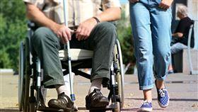 外籍看護推阿嬤去散步 回家竟變阿公 (圖/翻攝自pixabay)