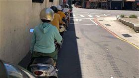 機車騎士們陰影處躲太陽的景象,一位網友P圖後讓人笑翻。(圖/翻攝自「爆廢公社二館」)