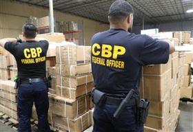 美國海關查獲大批中國新疆製「超逼真假髮」。(圖/翻攝自CBP推特)