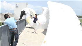 七股遊客中心4公尺高黑琵裝置藝術吸睛雲嘉南濱海國家風景區管理處2日公開展示由藝術家鄭凱元設計的大型黑面琵鷺裝置藝術,高約4公尺、翅膀張開總長達16公尺的黑面琵鷺屹立在七股遊客中心建物上方,十分吸睛。中央社記者楊思瑞攝  109年7月2日