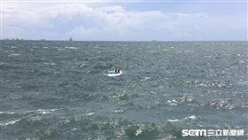拖運演習靶材小船翻覆/翻攝畫面