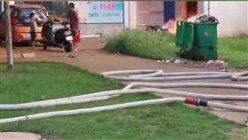 中國海南省洋浦經濟開發區,父親拿刀挾持兒子。(圖/翻攝自中國消防微博)