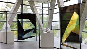 ▲三角形、三層樓的建構,在光影中與藝品們交織出和諧美學。(圖/楊育禎提供)