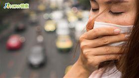 名家專用/NOW健康/資深耳鼻喉科醫師李宏信表示,鼻過敏症狀雖然也會鼻塞、流鼻水,但經常合併眼睛癢或鼻子癢,且好發於早晚。(勿用)