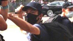 16:9 港男刺傷港警企圖出境遭逮 遭爆:機票是英國大使館提供的 圖/翻攝自微博 https://www.weibo.com/3775056661/J9jwRtpg6?refer_flag=1001030103_&type=comment#_rnd1593774720222
