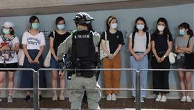 港人抗議國安法 數十人被補「港區國安法」6月30日深夜生效後,許多港人7月1日走上街頭遊行抗議。由於遊行未獲警方批准,港警在警告後,以涉嫌違反公安條例等逮捕了數十人。圖為警方在灣仔天樂里抓了20多人。中央社記者張謙香港攝   109年7月1日