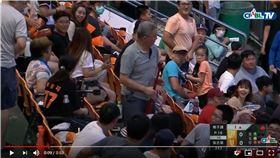 ▲張志豪球棒飛上看台打到球迷。(圖/翻攝自CPBLTV)