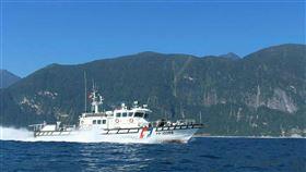 漁會與海巡密切聯繫助護漁 漁民感激屏東縣東港區漁會總幹事林漢丑表示,今年因應黑鮪魚汛期,漁會與海巡署都保持密切聯繫,讓海巡署了解漁民作業海域與需求,並依照漁船作業分布情形,每天在台灣和菲律賓重疊海域部署1至3艘海巡艦艇,讓漁民相當感謝。(東港區漁會提供)中央社記者郭芷瑄傳真 109年7月3日