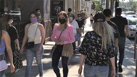 美國戴口罩風氣日漸普及相較於疫情之前,美國街頭路人戴口罩的風氣日漸普及。但仍傳出地方衛生官員因為口罩令受到反對人士威脅的消息。中央社記者林宏翰洛杉磯攝  109年6月23日