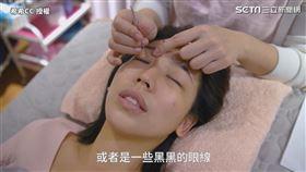 ▲洗眼時老師將銀珠棒戳進眼角內。(圖/希希CC 授權)