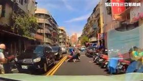 北投婦人穿越馬路遭逆向車撞飛 圖/取自臉書社團《台北之北投幫》